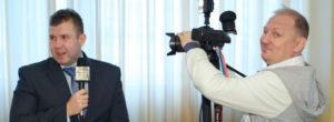 профессиональный видеооператор снимает интервью