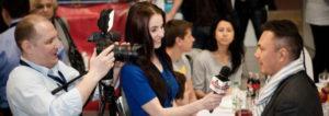 Видеооператор снимает интервью